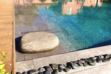 Du carrelage pour une piscine au naturel